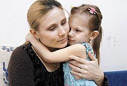 Лыжница Юлия Чепалова с дочкой