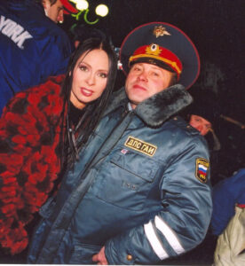 Марина Хлебникова и сотрудник ГИБДД