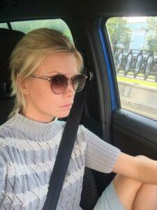 Актриса Евгения Осипова за рулём.