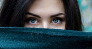 В  больших глазах я вижу отражение...