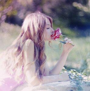 Девушка и цветок