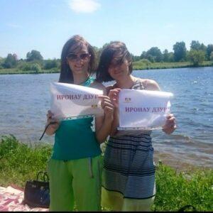 Яна Лысенко с подругой, говори по-осетински.