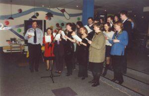 Генеральный директор Харри Херцог и сотрудники поют гимн компании.