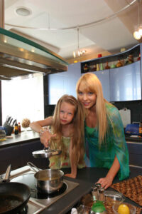 Варвара с дочкой Варей на кухне
