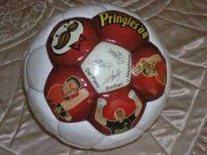 Мяч с автографами звезд мирового футбола - Аллесандро Дель Пьерро, Фабьена Бартеза и Руда ван Нистелроя.