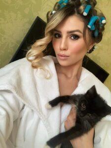 Полина Аммосова с котёнком